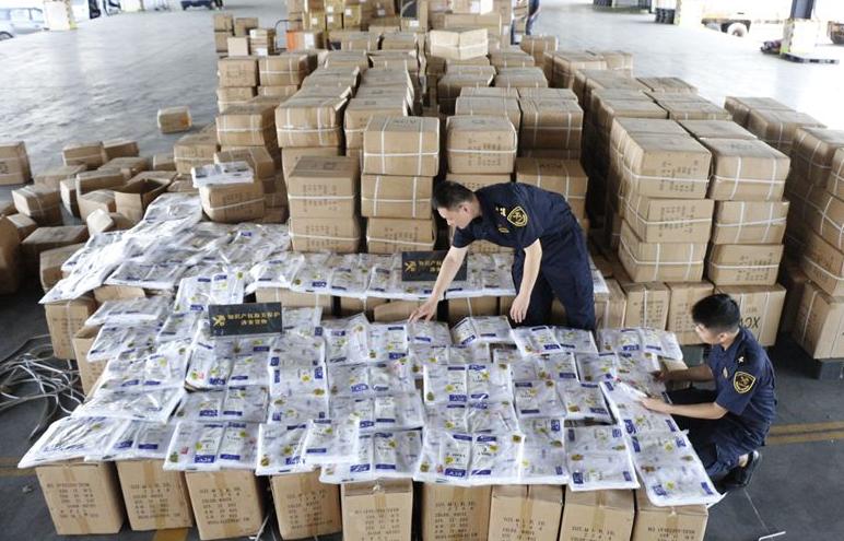 广州海关查获侵犯外观设计专利背心6.4万余件